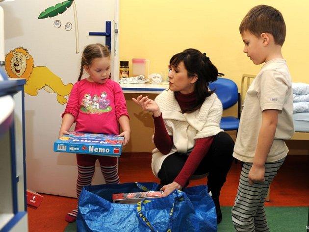Herečka a moderátorka Tereza Kostková, která je patronkou dětského oddělení Slezské nemocnice v Opavě (SNO), se minulý týden zastavila v opavské nemocnici s taškou naplněnou hračkami.