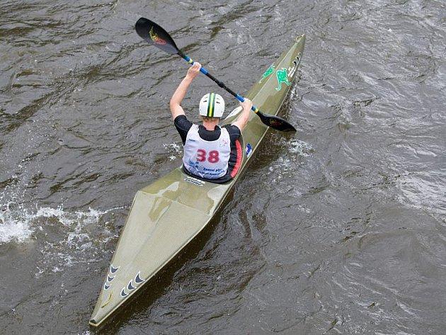 První den má za sebou Světový šampionát juniorů ve sjezdu na divoké vodě. Řeku Moravici sice hustě zkrápěl déšť, vodákům to ale nevadilo. Rozděleny byly první sady medailí, dařilo se také českému týmu, který v každé disciplíně bral cenný kov.