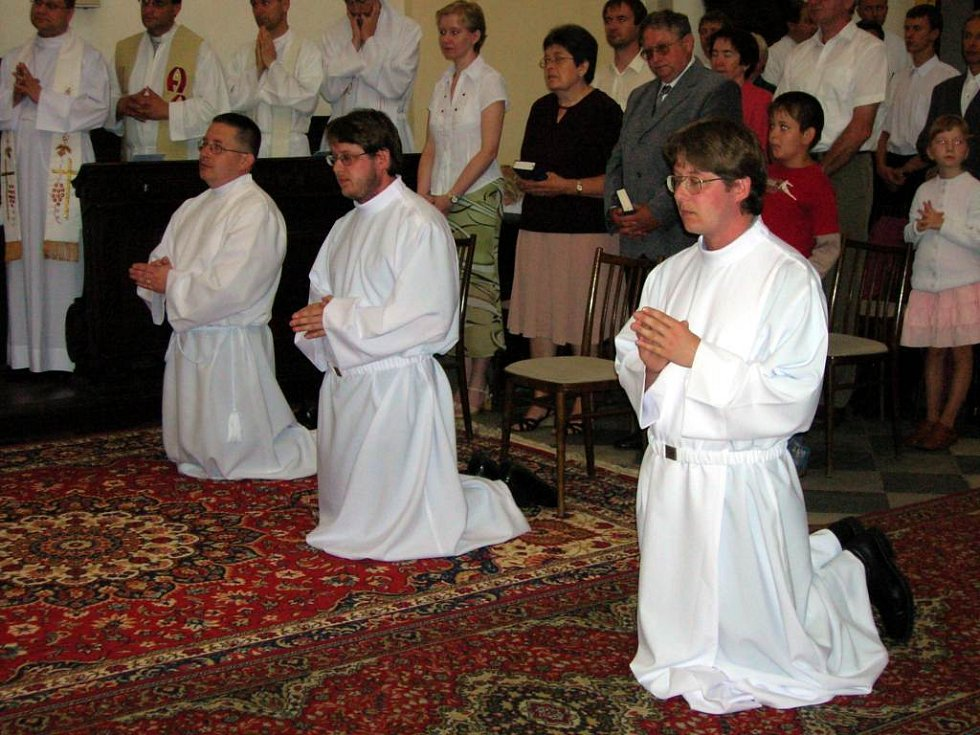 Bratři Zelinovi při obřadu, v němž byli vysvěcení jáhny. Ještě se nestalo, aby svěcení přijímali tři rodní bratři najednou.