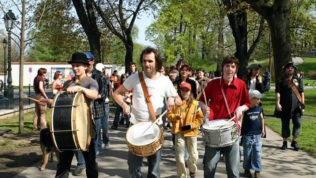 V rámci Evropského dne hudby vystoupí na Dolním náměstí také bubenický orchestr Ivo Samiece BORIS.