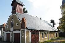 Hasičská zbrojnice se už nyní pyšní novou střechou.