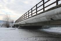 """Zamrzlá hladina na řece Moravici se v minulých dnech nebezpečně blízko přiblížila spodní části mostní konstrukce """"Nového splavu"""" v Kylešovicích."""
