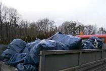 Osmaosmdesát stodvacetilitrových pytlů s plasty a jiným komunálním odpadem vybrali pracovníci Technických služeb v okolí Hradce nad Moravicí a jeho městských částí.