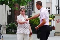 Pouliční prodejce nabízí parfémy. Tato žena to na rozdíl od mnoha jiných, které prodejci v centru města zastavují, bere ještě s úsměvem.