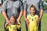 Fotbalový klub TJ Sokol Štěpánkovice, 30. června 2020. (Zleva)  Jan Pavlík s dcerou Julii Pavlíkovou, vpravo Roman Malohlava s dcerou Alenou Malohlavovou