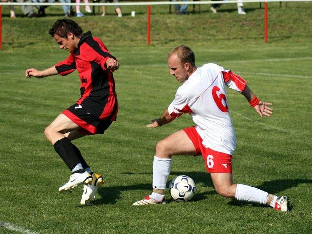 Brankové hody byly k vidění v zápase mezi Slavií a Slavkovem. Domácí prohrálii 3:5. Hostující obránce René Klement se snaží zastavit domácího hráče.