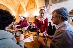 Lidé měli jedinčenou příležitost nahlédnout do kultury stolování a stravovacích návyků čtrnáctého století. Součástí programu byla také ukázka tehdejší módy, historického tance a šermířské představení.