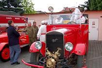 Praga RN z roku 1934 a Tatra 26/30 z roku 1929. Tyto dva historické hasičské vozy projížděly v úterý krátce po poledni Opavou.