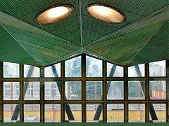 Fotografie z titulní strany nové knihy zobrazuje interiér plaveckého bazénu.