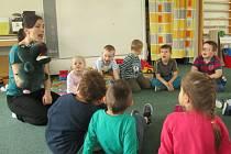 Děti se učí s pomůckami správně mluvit.