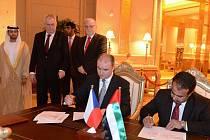 Podpisy obou partnerů sledovala hlava českého státu.