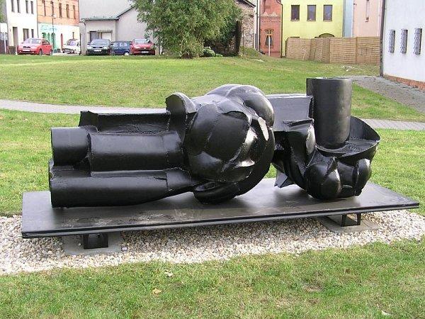 Ocelová plastika byla vrámci Hlučína přemístěna do parčíku Na Valech vcentru města.