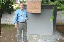 Miroslav Rybička s novou bronzovou deskou pomníku, který se nachází v blízkosti jilešovické kaple.
