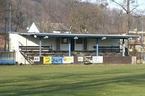 Současná tribuna nacházející se na fotbalovém hřišti v Hradci je v tristním stavu.