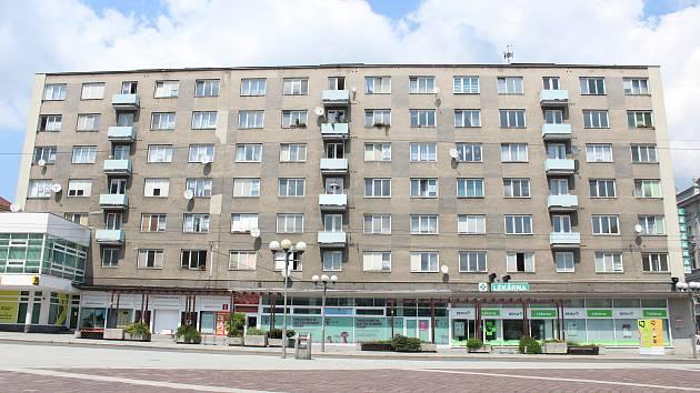Bytový dům na Horním náměstí projde rekonstrukcí. Dočká se nových oken, střechy i zateplení.