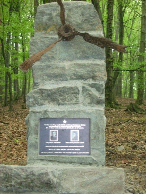 Památník sovětským letcům vosadě Rybárna uDobroslavic.