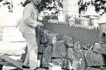 Teofil Marušák zhotovil tři zmenšeniny Karlštejnu.