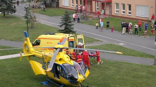 Zásah vrtulníku po pádu mladé ženy z okna v Opavě-Kateřinkách