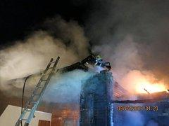 Tři jednotky hasičů zasahovaly v pondělí ráno nedaleko hráze vodní nádrže Kružberk, kde začaly hořet dvě spojené přízemní zděné chaty.