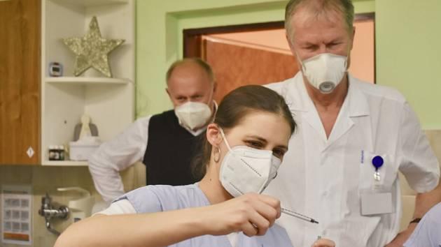 Opavská nemocnice začíná očkovat vakcínou Astra Zeneca.