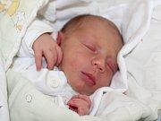 """Teodor Dvořák se narodil 4. dubna, vážil 2,99 kilogramu a měřil 48 centimetrů. """"Je to naše první miminko a přejeme mu štěstí, zdraví a lásku,"""" řekli rodiče Petra a Mirek Dvořákovi z Bruntálu."""