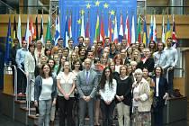 Společná fotografie v Evropském parlamentu i s europoslancem Pavlem Teličkou, který je vepředu. V úplně horní řadě čtvrtý zprava stojí student Slezského gymnázia Lukáš Onderka.