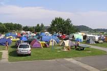 V hlučínském autokempu máte možnost se ubytovat hned vedle místního jezera.