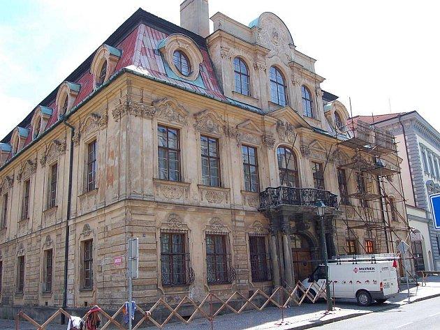 Na Blücherově paláci se opravuje střecha. Bohužel jen provizorně.