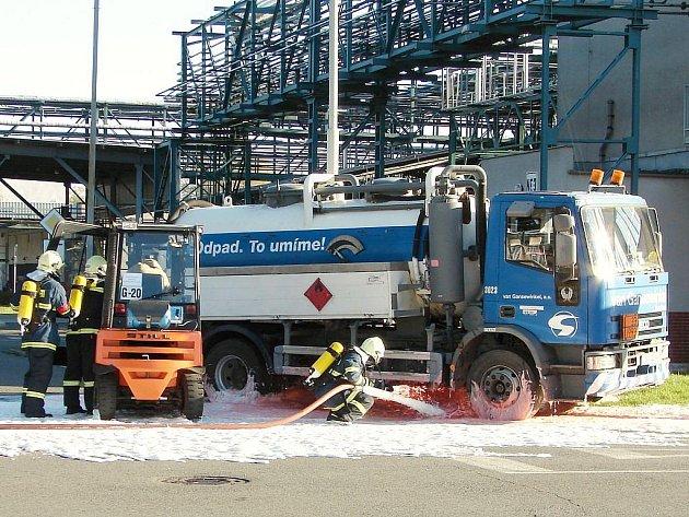 Cvičení v areálu firmy je zaměřeno na technické nebo chemické havárie.