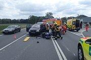 Následky srážky osobního automobilu a motocyklu v Opavě.