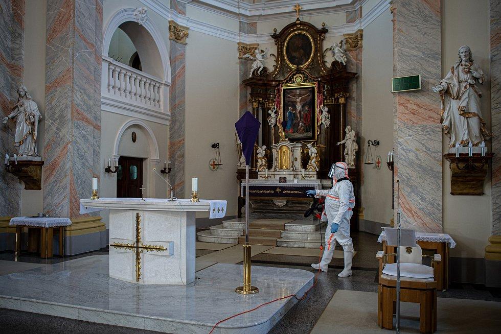 Dobrovolní hasiči provádějí pravidelnou dezinfekci kostela sv. Stanislava, 31. března 2021 v Bolaticích.