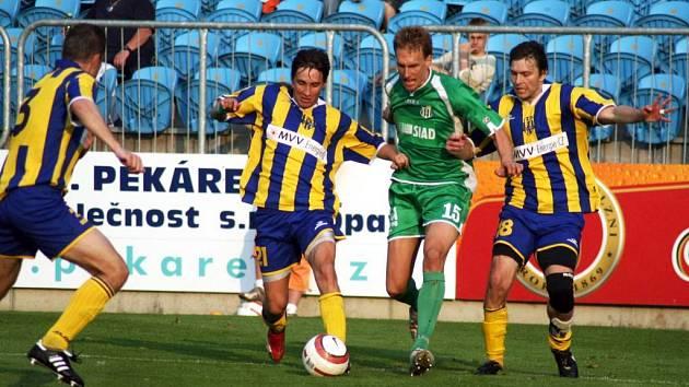 Rostislav Kiša (vpravo) nastoupil do sobotního duelu s Blšany netradičně na postu pravého obránce.