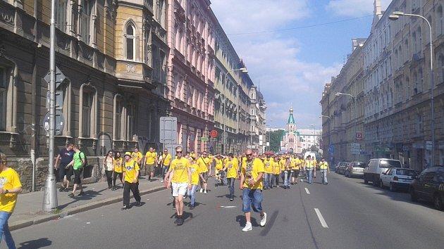 Fanoušci Slezského FC při cestě na Andrův stadion.