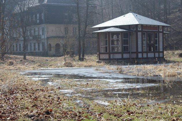 Zchátralé Janské Koupele jsou zaplaveny spodní vodou.