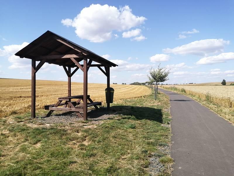 Cyklostezka v Oldřišově. Tento úsek na katastru Oldřišova navazuje na polní cestu (v katastru Opavy), kterou se cyklisté dostanou až do Opavy.