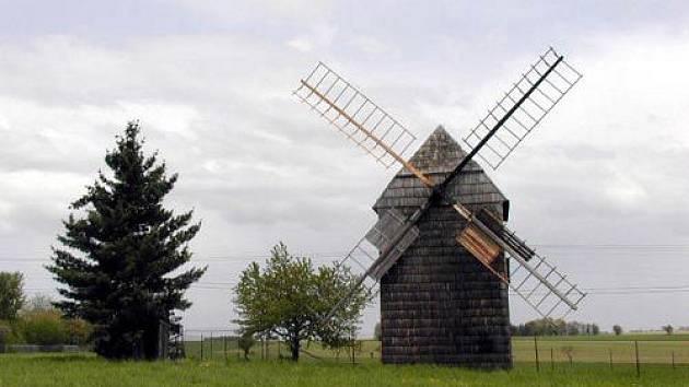 Choltický větrný mlýn u Litultovic je krásně vidět z hlavní silnice vedoucí z Opavy na Olomouc.