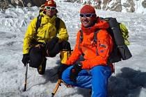 Tomáš Petreček (vlevo) na společné fotografii s horolezcem Markem Holečkem.