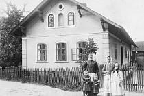 Skutečný skvost fotografické výstavy. Domek chalupníka Josefa Kašpara a jeho rodiny v Chabičově. Fotografie pochází z roku 1913.