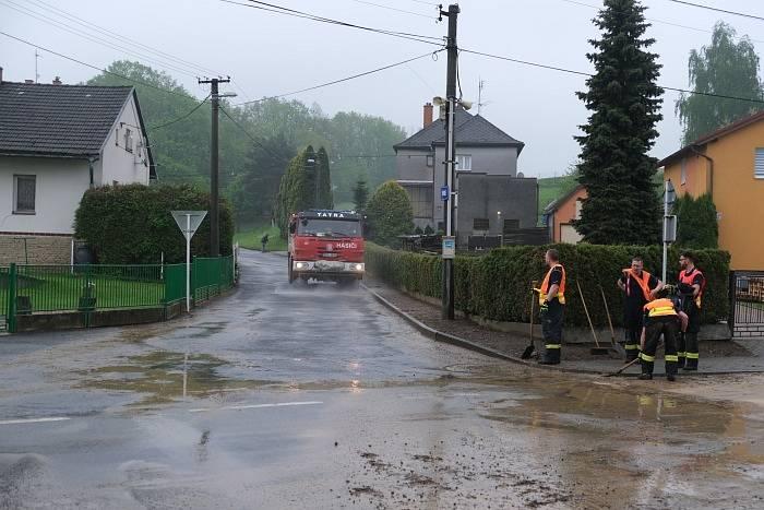 Hasiči pomáhají již dlouhé hodiny v obcích na Opavsku, které zasáhly středeční noční přívalové deště. Šilheřovice, 13. května 2021.