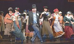 Evžen Trupar (uprostřed) to jako popelář Doolittle pořádně rozpálil.