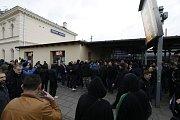 Fanoušci vyrazili k opavskému stadionu.