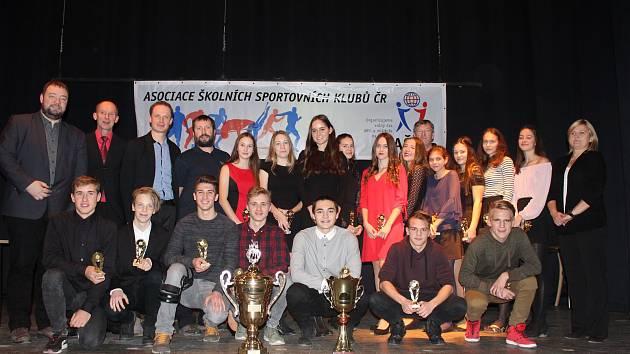 Během minulého týdne Kulturní dům Na Rybníčku posloužil k vyhlášení letošních výsledků Ligy sportu základních škol na Opavsku. Žáci poměřili své síly celkem v šestatřiceti různých sportovních soutěžích.