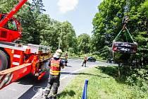 Dopravní nehoda mezi dodávkou a osobním automobilem, který skončil převrácený na střeše v potoce, na silnici I/57 spojující Opavu s Fulnekem.