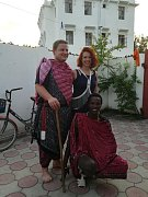 MARTIN SABON SNĚHOTA na Zanzibaru se snoubenkou Mirkou a také s kamarádem z řad Masajů Paulem.