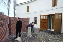 Vstupní prostor do expozice se nachází na malém nádvoří hlučínského zámku. Tvoří ho stěny z pálených cihel. Ty jsou typickým stavebním materiálem domů na Hlučínsku.