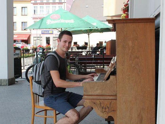 Na klavír v Hlučíně si můžou zahrát profesionálové i začátečníci. Lidé k němu mohou usedat do konce prázdnin.