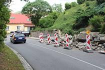 Pokud k hradeckému zámku přijíždíte ve směru od Hradečanky, po levé straně si můžete povšimnout, že část chodníku a komunikace je zavalena kamením.