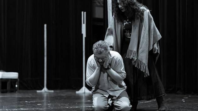 Alexandr Vovk (král Macbeth) a Katarína Jorda Kramolišová (lady Macbeth).