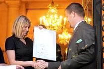 Ondřej Tůma převzal v roce 2011 Cenu novinářů za svého otce Břetislava.