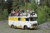 Devět statečných. Členové expedice Mongolsko pózují na dopravním prostředku, který se stane v příštích týdnech jejich improvizovaným domovem.